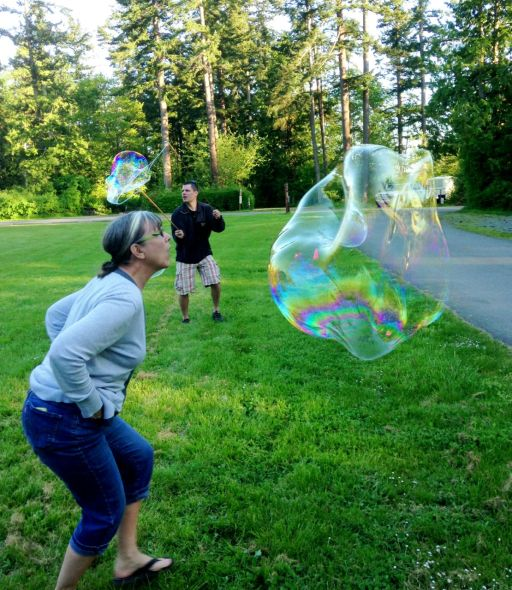 "Suzie ""air sculpting"" Travis' bubbles"